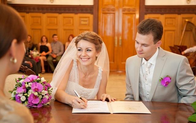 Девушка и парень женятся