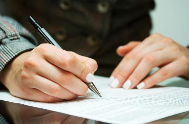 Двушка подписывает документ
