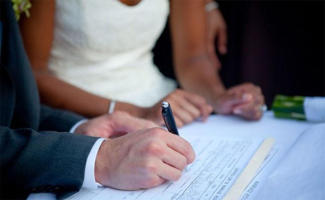 Жених подписывает