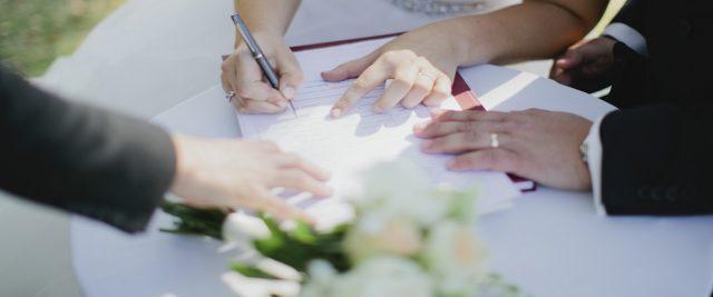 Невеста подписывает договор