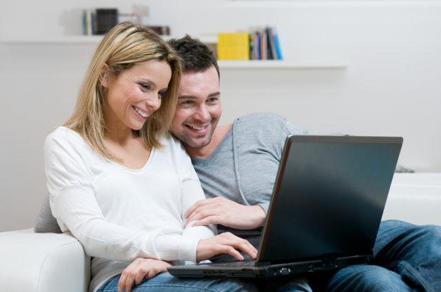 Парень и девушка за ноутбуком