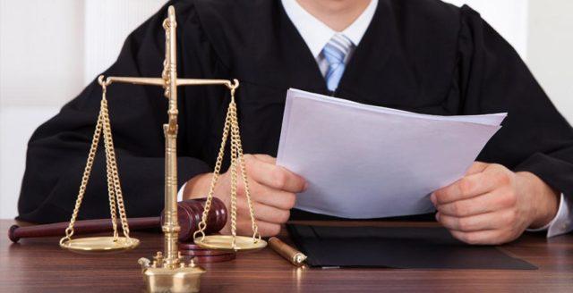 Судья держит бумаги