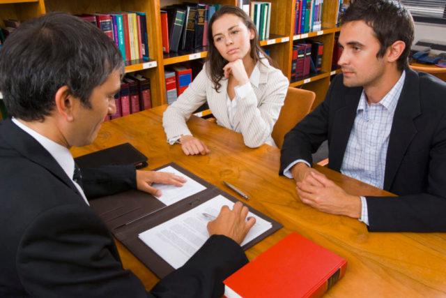 Адвокат и семейная пара